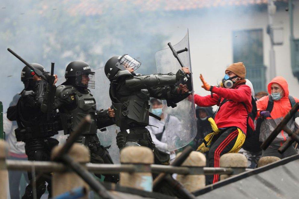 """""""No podemos dejar que nos maten o que maten a civiles"""", hablan policías heridos durante las protestas en Colombia"""